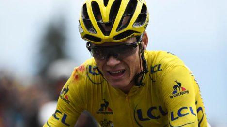 FOSRVARTE SEG: Til tross for en skikkelig velt, forsvarte Chris Froome ledertrøyen i Tour de France. Briten leder med over fire minutter. Foto: LIONEL BONAVENTURE (Scanpix/Afp)