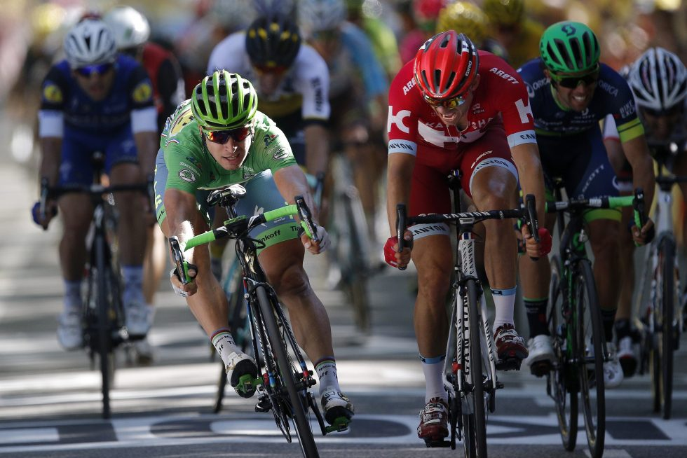 epa05430563 Tinkoff team rider Peter Sagan (L) of Slovakia sprints to win the 16th stage of the 103rd edition of the Tour de France cycling race over 209Km between Moirans-en-Montagne and Bern, Switzerland, 18 July 2016. Team Katusha rider Alexander Kristoff (R) of Norway finishes second. EPA/YOAN VALAT