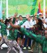 Boasson Hagen (i midten) da de norske OL-utøverne og ledere  ble ønsket velkommen med dans og samba rytmer i deltagerlandsbyen. Foto: Erik Johansen / NTB scanpix