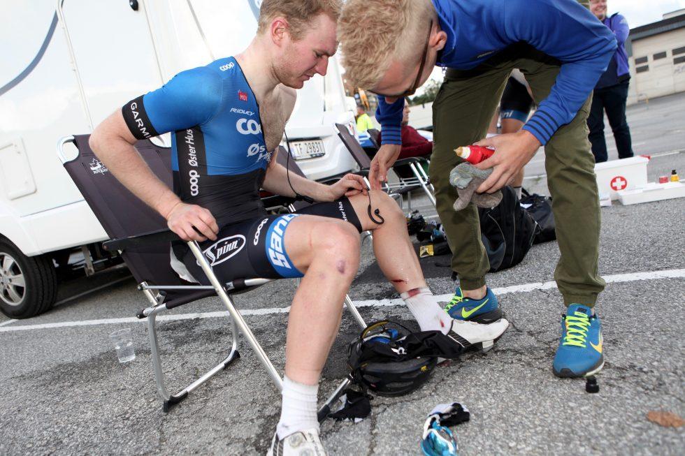 VELTET: Det så stygt ut for Jensen da han krasjet på 4. etappe av Tour des Fjords Foto: Kjetil R. Anda/procycling.no