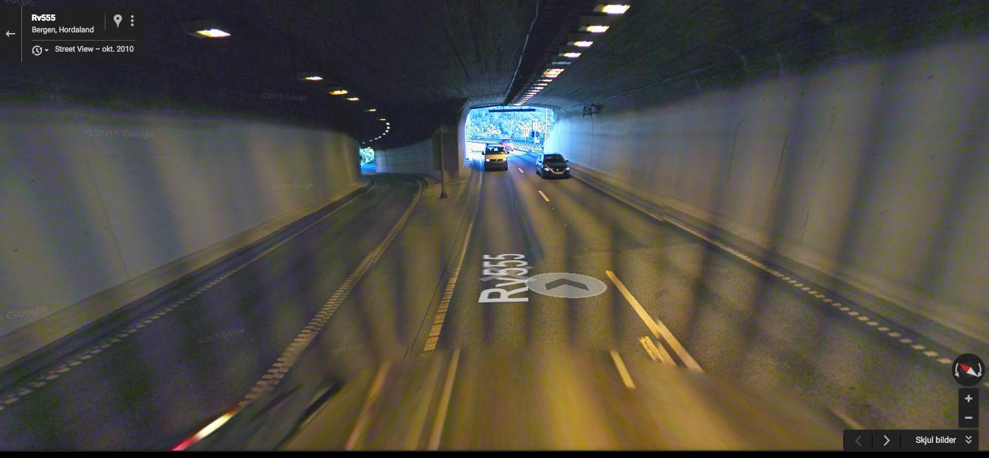 TOK SNARVEI: Mens majoriteten av rytterne snudde tilbake i Damsgårstunnelen, valgte andre å ta en snarvei. De tok veien til venstre på bildet, og havnet med det ut på undersiden av broen og fikk en raskere vei tilbake til rittløypen. FOTO: Skjermdump Google Maps