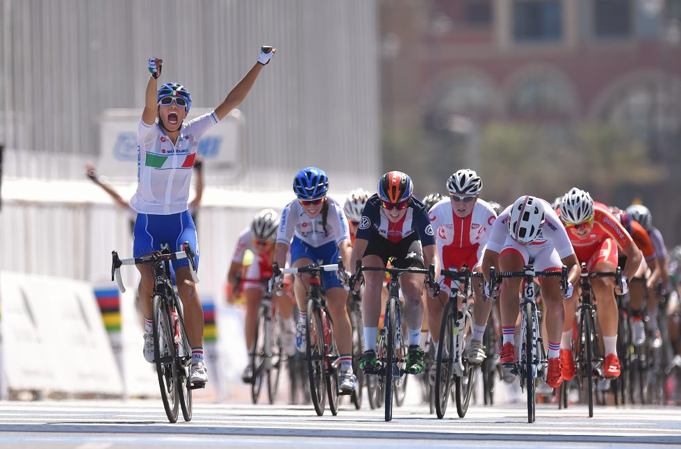 SUVEREN: Ingen kunne gjøre noe med Elisa Balsamo som fikk et formidabelt opptrekk av sine lagvenninner. Foto: Tim de Waele (©TDWSport.com)