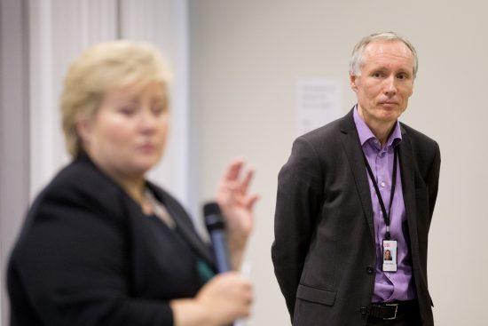 Oslo 20151110. UDI-direktør Frode Forfang lytter når statsminister Erna Solberg taler til UDI-ansatte under sitt besøk til Utlendingsdirektoratet (UDI) i Oslo tirsdag. Foto: Håkon Mosvold Larsen / NTB scanpix