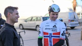 SMILENDE: På treningsleir i spanske Calpe er det god tone mellom teamsjef Douglas Ryder og lagets stjerne Edvald Boasson Hagen. Her gjøres forberedelsene til den viktige 2017-sesongen