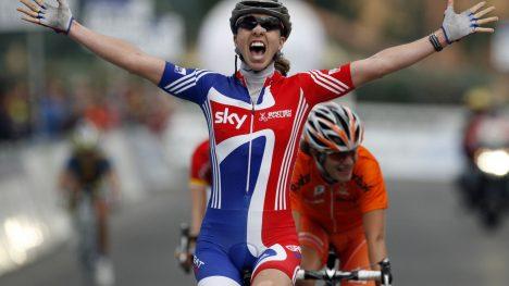 VANT MED FEIL DRAKT: Nicole Cooke forsterker bildet andre kvinnelige utøvere har tegnet av British Cycling: Et forbund som ikke bryr seg om kvinnesykling. Da hun ble verdensmester i Varese vant hun iført fjorårets drakt. FOTO: (AP Photo/Alessandro Trovati)