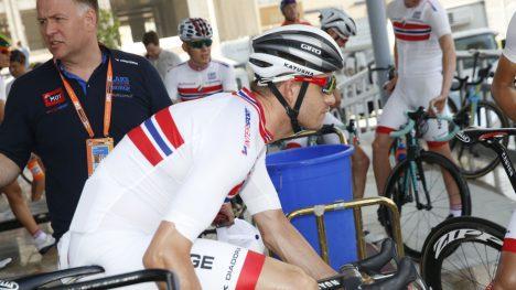 FÅR IKKE FORTSETTE: Sykkel-VM i Doha ble det siste mesterskapet med Stein Ørn (i bakgrunnen) som landslagslege.