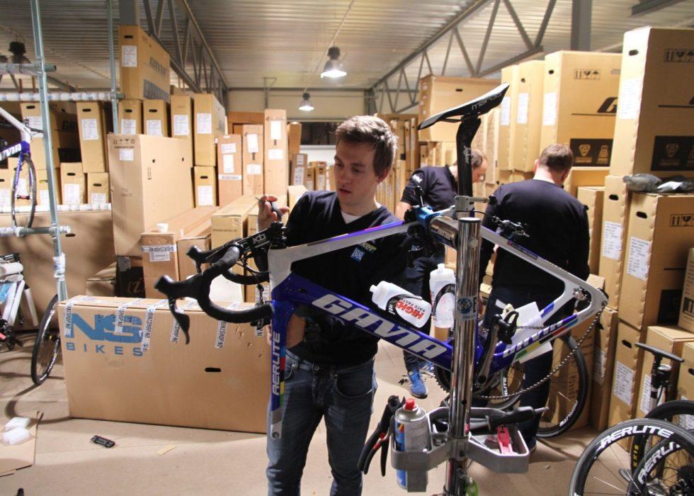 MØTER SUNWEB: Kristoffer Halvorsen (bildet) pakker her ned sin nye landeveissykkel før samling på Mallorca. Neste måned skal han i sin første samtale med et profflag med tanke på 2018-sesongen. FOTO: Jarle Fredagsvik