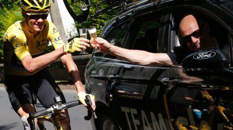 STØTTER SJEFEN: Froome legger omsider sin støtte bak Sky-sjef Brailsford i kjølvannet av antidopingetterforskningen som er blitt rettet mot det britiske laget. Her jubler Froome og Brailsford for lagets fjerde Tour de France-tittel. AFP PHOTO / Christophe Ena