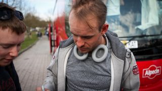 SIGNERTE AUTOGRAFER: Alexander Kristoff gir en lokal supporter et minne for livet. Like lenge kommer Kristoff neppe til å huske tirsdagens etappe i De Panne. FOTO: Kjetil R. Anda
