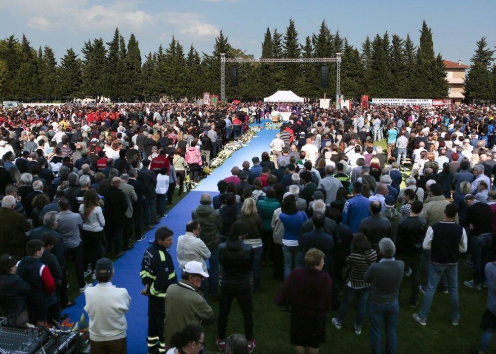 TOK FARVEL: Mange mennesker møtte opp for å ta farvel med den avdøde sykkelrytteren Michele Scarponi tirsdag. EPA/CRISTIAN BALLARINI