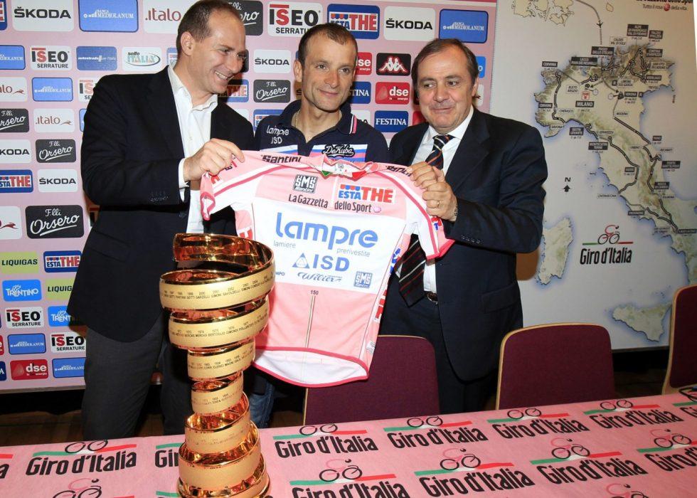 SNUR: Mauro Vegni ville kåre den beste utforkjøreren i Giro d'Italia. Kort tid etter dødsfallet til Michele Scarponi (i midten)