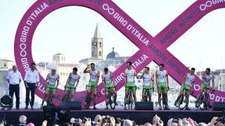 RYSTET: Bardiani-CSF stilte med ni ryttere på lagpresentasjonen i Giro d'Italia torsdag kveld. Like etter var to av rytterne tatt i doping. FOTO: Lapresse/RCS