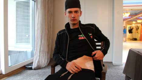 BLE SYDD: Rune Almindsø Andersen var nok rytteren som fikk hardest medfart under lørdagens Sundvolden GP. Heldigvis var en flenge i hofta det største problemet fant etter å ha sjekket 21-åringen grundig. FOTO: Jarle Fredagsvik