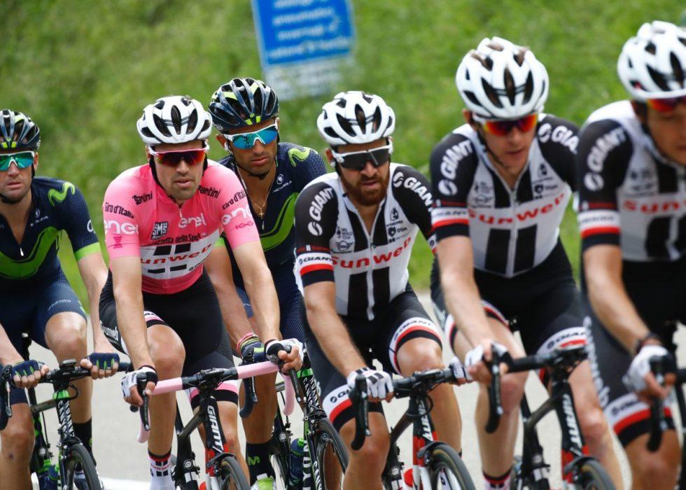 GOD HJELP: Tom Dumoulin fikk god hjelp underveis på den ellevte etappen i giroen. Foto: AFP PHOTO / Luk BENIES