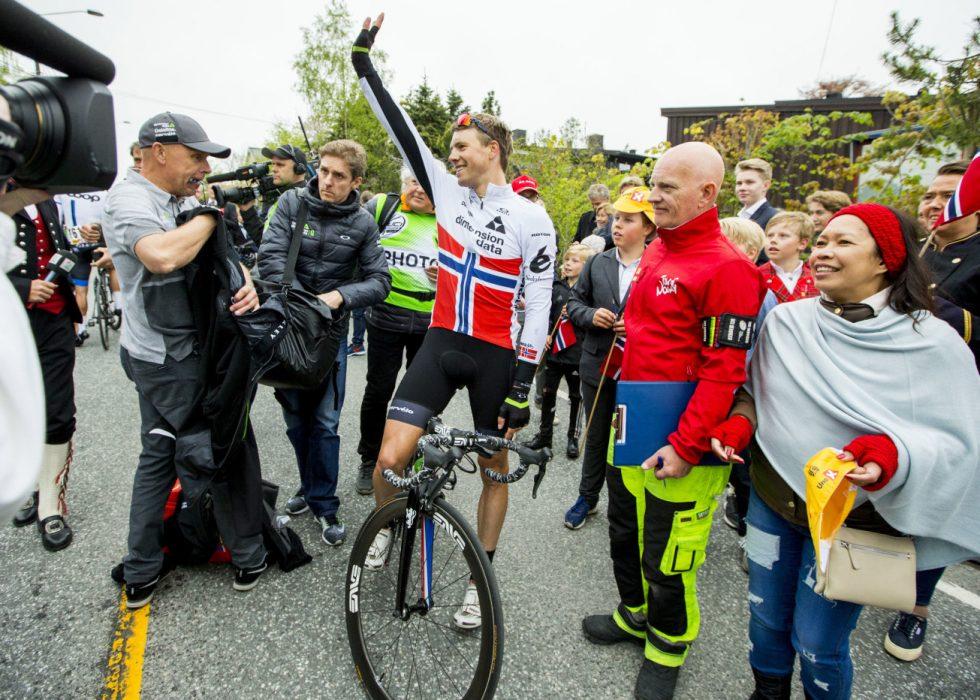 Edvald Boasson Hagen vinker til publikum etter å ha vunnet første etappe i sykkelrittet Tour of Norway onsdag 17. mai. Etappen gikk fra Hønefoss til Asker. Foto: Vegard Wivestad Grøtt / NTB scanpix
