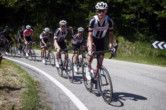 VIKTIG JOBB: Sindre Skjøstad Lunke (nummer to i rekken) gjør en svært viktig jobb for Tom Dumoulin (i rosa) og Team Sunweb. Her gir han en flaske til Simon Geschke. FOTO: Cor Vos/Team Sunweb