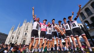 "EUFORI: Team Sunweb i ekstase over Tom Dumoulins sammenlagtseier i Giro d'Italia. Foran Piazza Duomo i Milano holder norske Sindre Skjøstad Lunke ""Senza fine"""