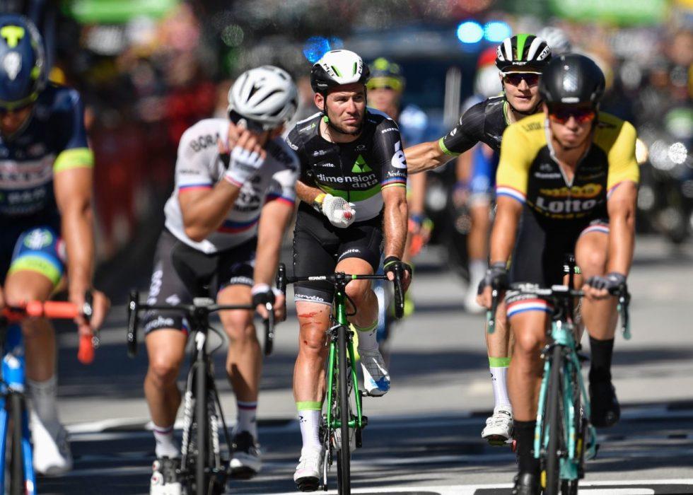 UTE AV TOUREN: Mark Cavendish har pådratt seg et brudd i skulderbladet. AFP PHOTO / Jeff PACHOUD