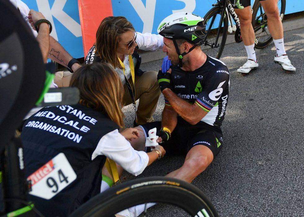 BRUKKET SKULDER: Mark Cavendish må stå av årets Tour de France. Foto: AFP PHOTO / POOL / STEPHANE MANTEY