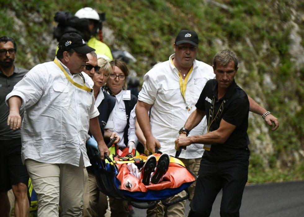 PÅ VEI INN I AMBULANSEN: Richie Porte fraktes vekk fra der han veltet. Foto: AFP PHOTO / PHILIPPE LOPEZ