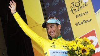 FØRSTE GULE TRØYE: Fabio Aru mottok ledertrøya i Tour de France for første gang