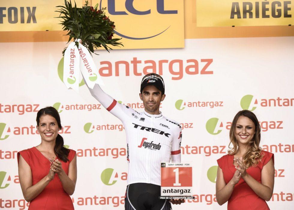 MEST AGGRESSIVE: Alberto Contador med det synlige beviset på at han ble kåret til etappens mest aggressive rytter. Foto: / AFP PHOTO / Jeff PACHOUD