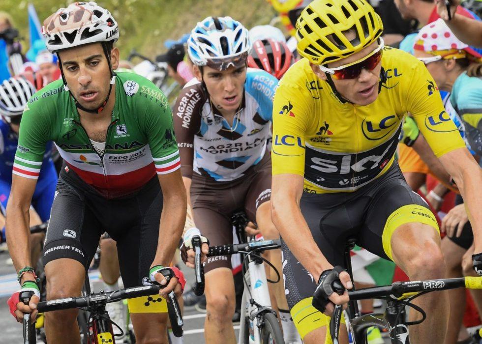 TOPP TRE: Chris Froome sykler i gult etter fjorten etapper. Astanas Fabio Aru er kun 18 sekunder bak. AG2R-kaptein Romain Bardet følger som tredjemann. Foto: AFP PHOTO / POOL / BERNARD PAPON