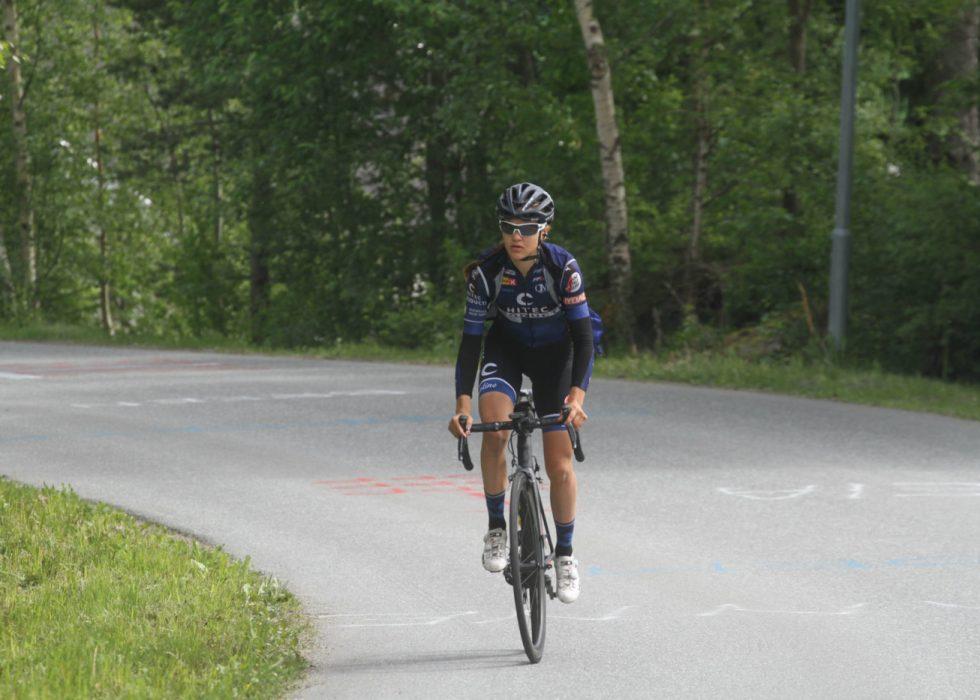IKKE I TETEN: Katrine Aalerud strevde opp Col d'Izoard i torsdagens La Course. FOTO: procycling.no