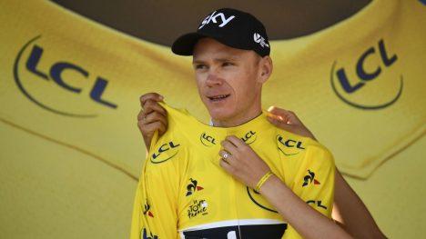 SAMMENLAGTVINNEREN: Chris Froome må kun komme seg gjennom søndagens sjarmøretappe inn til Paris for å sikre seg sin fjerde sammenlagtseier i Tour de France. Foto: / AFP PHOTO / Lionel BONAVENTURE