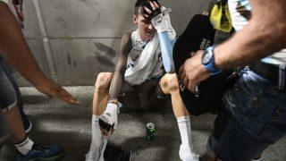 UTSLITT: Romain Bardet måtte ta seg en pust i bakken etter mål. Foto: AFP PHOTO / Lionel BONAVENTURE