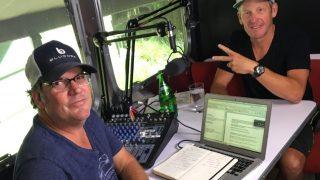 SKAPER HODEBRY: Armstrong avbildet med Stages-programvert JB Hager. Podkasten kan være brudd på amerikanerens utestengelse for doping. FOTO: Twitter/@lancearmstrong