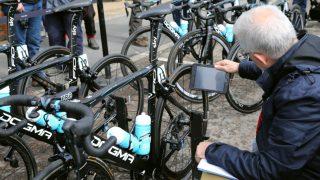 MOTORSJEKK: En kontrollør fra UCI sjekker en av Team Skys sykler for innebygd motor i rammen. FOTO: Tim de Waele (TDWSport.com)