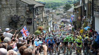 FOLKEFEST: Den andre etappen av Tour de France 2014 tok turen innom Haworth i Yorkshire. Nå vil britene ha touren tilbake. Foto: Scanpix
