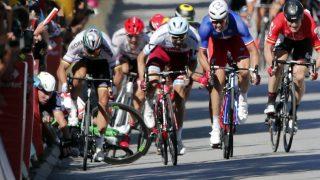 DETTE BLE FEIL: Konkluderte mange alt under sommerens Tour de France. Etter fem måneder i tenkeboksen har nå også UCI (det internasjonale sykkelforbundet) gått med på å frifinne Peter Sagan for hans rolle i denne duellen. FOTO: AP Photo/Christophe Ena)