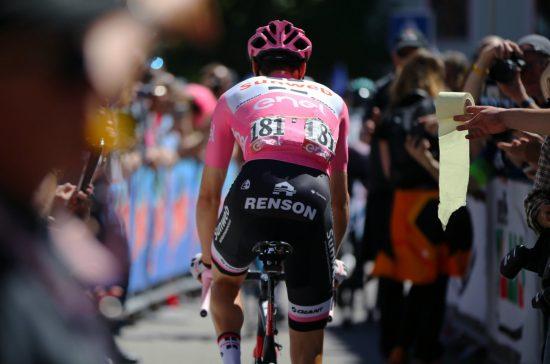 DO-HUMOR: Mot slutten av årets Giro d'Italia gikk det selvsagt sport i å veive med doruller i retning av Tom Dumoulin. 26-åringen var åpen om sine helseproblemer som gjest i et nederlandsk talkshow nylig. FOTO: Tim De Waele/TDWSPORT.COM