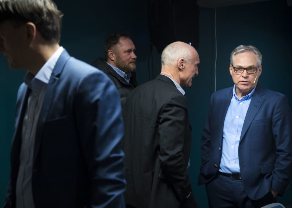 Sykkelpresident Harald Tiedemann Hansen (th) under det ekstraordinære forbundsstinget til Norges Cykleforbund (NCF) på Eidsvoll lørdag. Foto: Heiko Junge / NTB scanpix