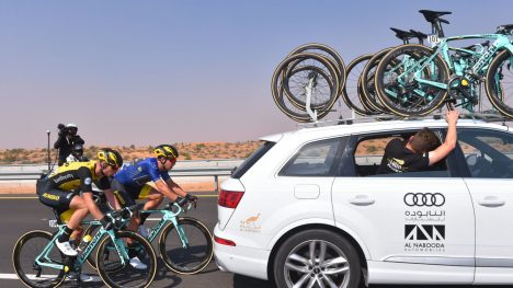 INGEN GOD IDÉ: Dylan Groenewegen ble liggende bakpå i sidevinden og søkte ly bak følgebilen. Slike stunts blir det gjerne tidsstraff ut av. FOTO: Tim De Waele/TDWSPORT.COM