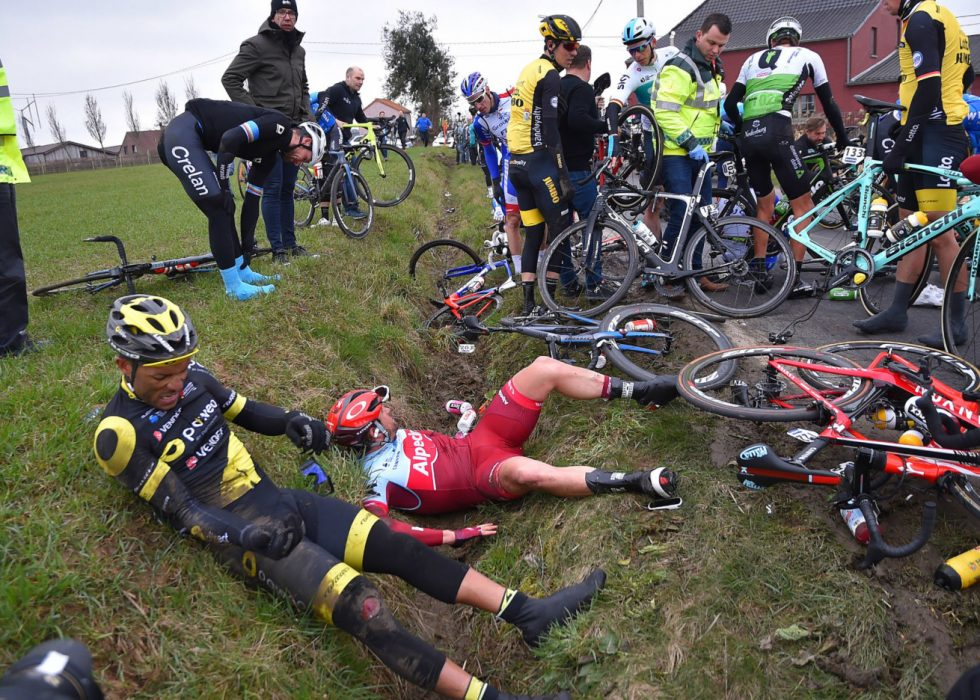 KUN 40 SLAPP HELSKINNET FRA DET: Marco Haller (i rødt) var blant rytterne som ikke var så heldig. Også Edvald Boasson Hagen og Alexander Kristoff ble hindret. FOTO: Tim De Waele/TDWSPORT.COM