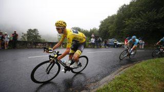 SLIPPER Å JAKTE FROOME? Jakob Fuglsang (i lyseblått) tviler på at Chris Froome ankommer starten av årets Tour de France. Dette bildet er hentet fra en etappe mellom Pau og Peyragudes i Pyreneene. FOTO: (AP Photo/Peter Dejong)