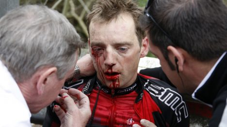 BEKREFTER MISBRUK: Karsten Kroon innrømmer at han brukte dopingmidler i løpet av sin aktive sykkelkarriere. Her er han avbildet som BMC-rytter etter å ha fått seg en smell under Ardenner-klassikerne. FOTO: REUTERS/Francois Lenoir (BELGIUM - Tags: SPORT CYCLING)