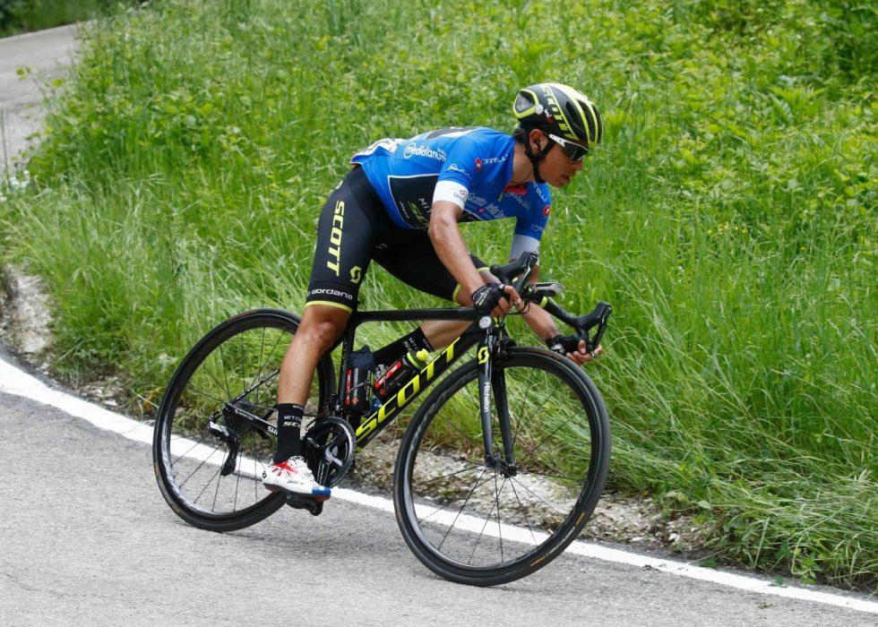 KJØRT AV: Johan Esteban Chaves fikk en verst tenkelig start på den 10. etappen av Giro d'Italia. FOTO: AFP PHOTO / Luk Benies