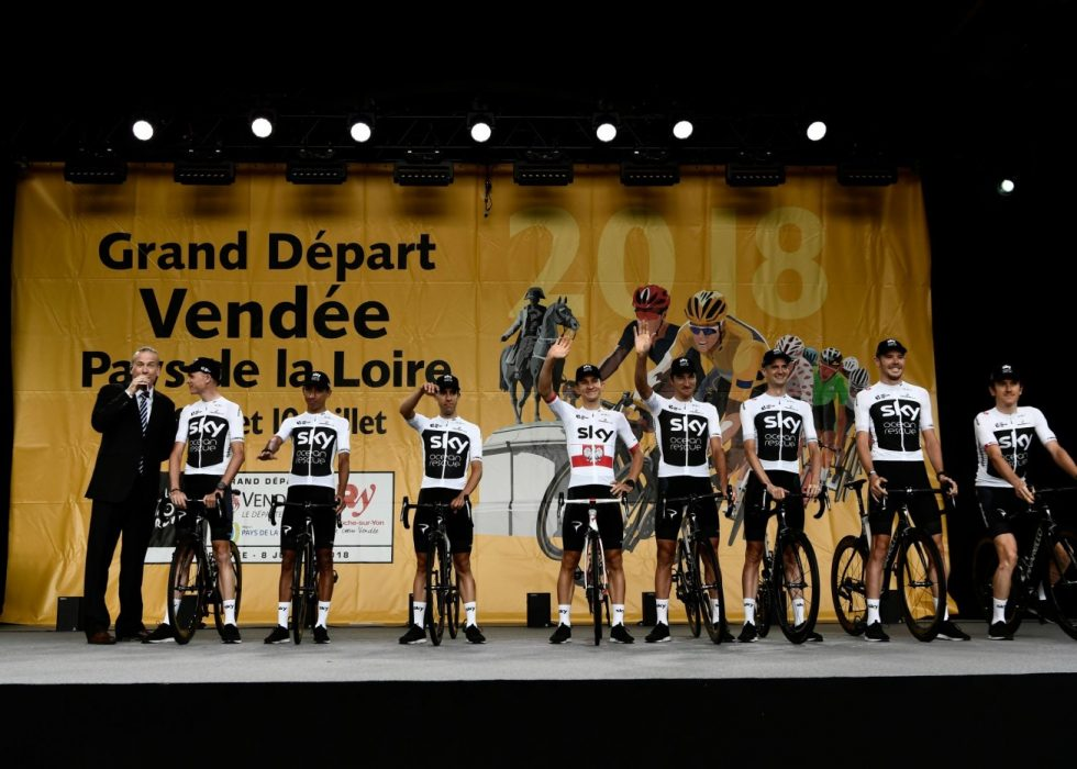IKKE POPULÆRE: Team Sky var det eneste laget som møtte buing og piping under lagpresentasjonen i La Roche-sur-Yon. Foto: AFP PHOTO / Philippe LOPEZ