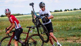 VELTET: Chris Froome kjørte i grøften og stupte i bakken på den første etappen av Tour de France. FOTO: Tim de Waele/Getty Images
