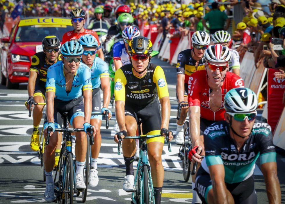 OVER MÅLSTREKEN: Amund Grøndahl Jansen (i sort og gult) trillet rolig over målstreken i La Roche-sur-Yon etter å ha blitt hindret av velt. Foto: Heiko Junge / NTB scanpix