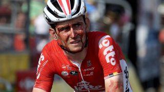BLODIG OG FORSLÅTT: Det er fremdeles usikkert om Tiesj Benoot kan fortsette Tour de France etter en brutal velt 5 kilometer unna mål under tirsdagens etappe. FOTO: Chris Graythen/Getty Images