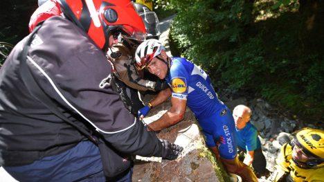 KLATRET OPP: Philippe Gilbert veltet stygt på tourens 16. etappe. Foto: Tim de Waele/Getty Images