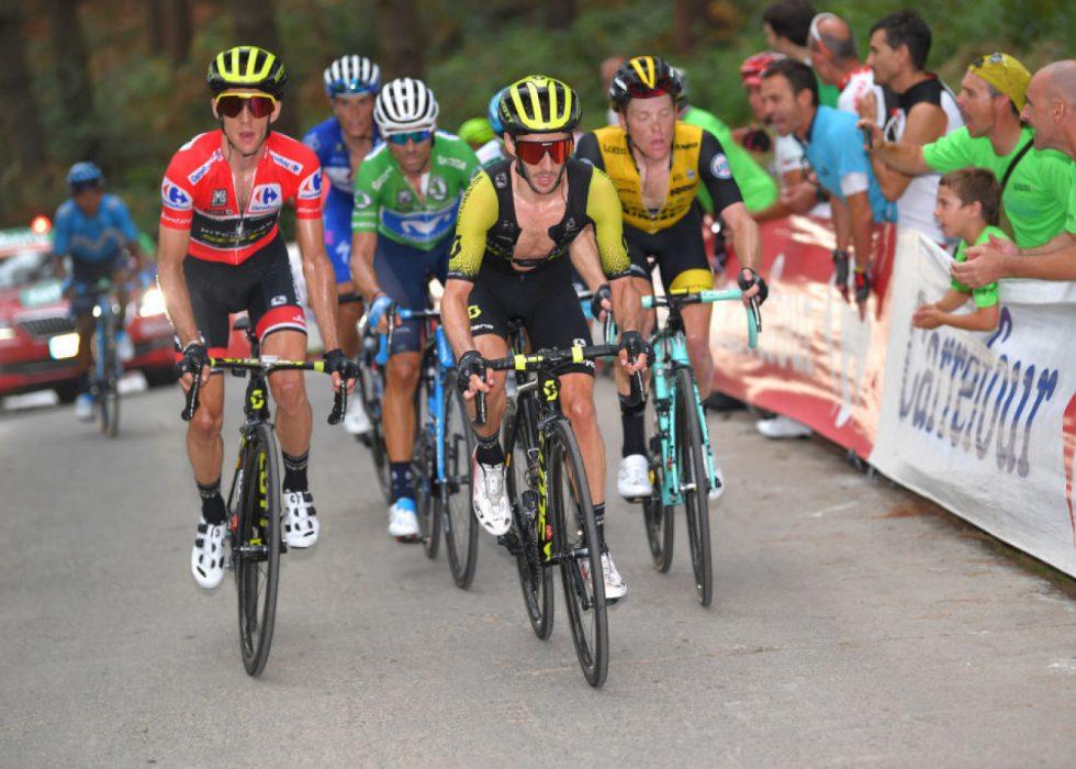 FORVENTER ANGREP: Simon Yates (i rødt) leder Vuelta a España foran den siste