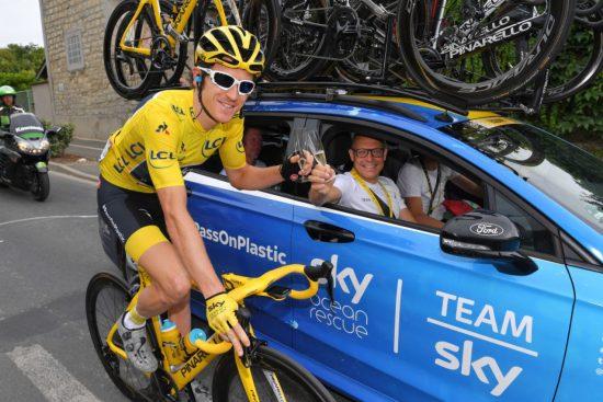LANG KONTRAKT: Og derfor mener flere at Dave Brailsford (i bilen) alt har en plan B for Tour de France-vinner Geraint Thomas og de andre stjernene i det britiske gigantprosjektet. FOTO: Tim De Waele/Getty Images