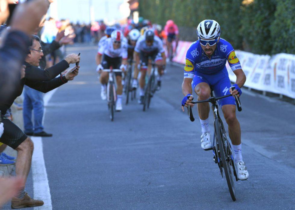 DOMINERER: Julian Alaphilippe herjer med sykkeleliten for tiden. Her setter han inn det avgjørende angrepet på Poggio i Milano-Sanremo. FOTO: Tim de Waele/Getty Images